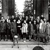 創業間もない青山商事の社員旅行。最前列右から2人目が青山五郎氏 (1967年、奈良市の東大寺)