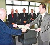 福山市に20億円を寄付し、当時の三好市長(左)から紺綬褒状を受ける青山会長
